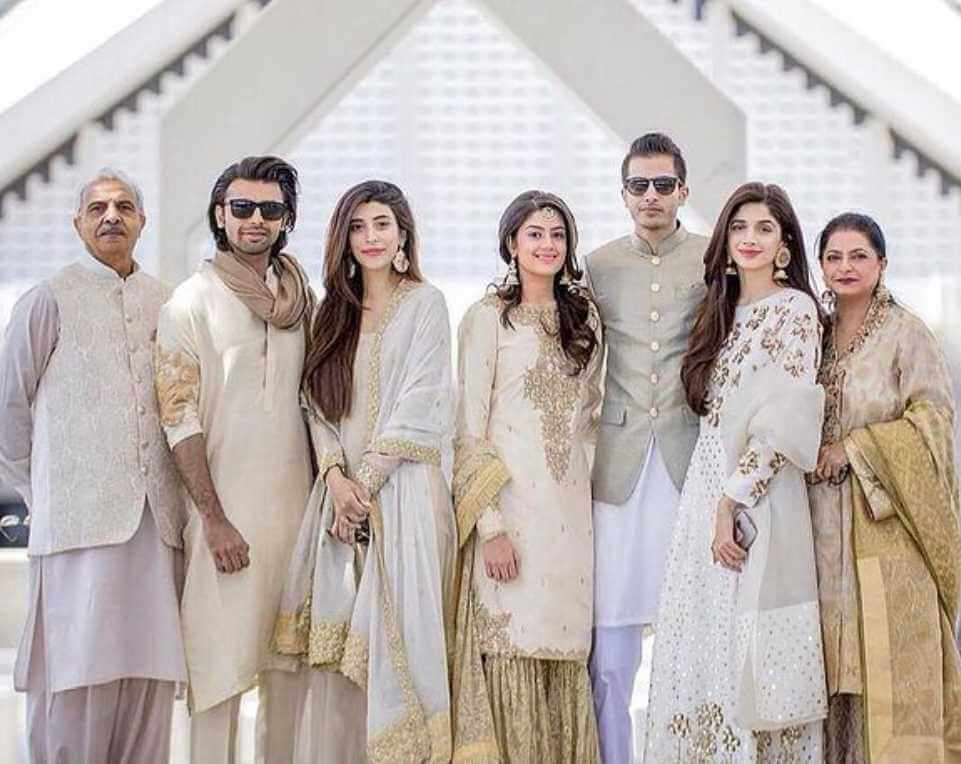 Mawra Hocane with her family Picture