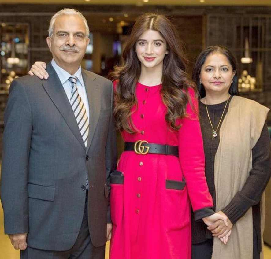 Mawra Hocane with her father and mother